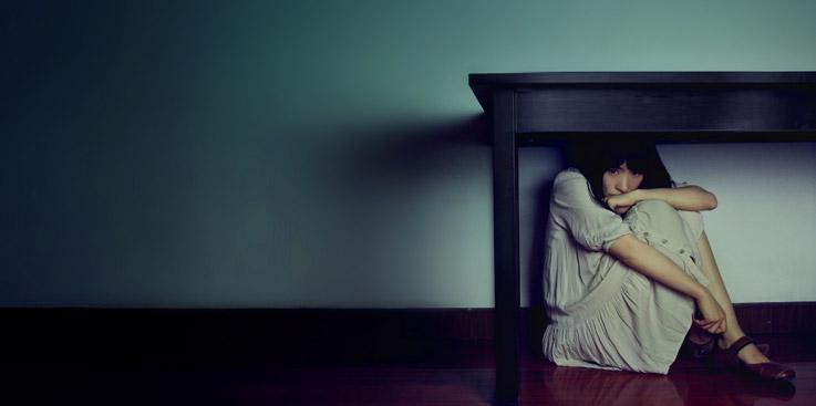 Scared-Table-Hide-Woman_Merasa takut? 10 ayat-ayat Alkitab untuk membantu menghalau rasa takut Anda...
