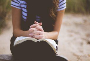 Roh Menolong Kita